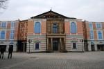 Festspielhaus Bayreuth mit Planen