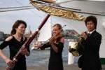 Musiker vor Schiff
