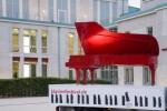 Roter Flügel vor Philharmonie Essen