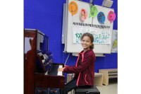 Schülerin am Klavier
