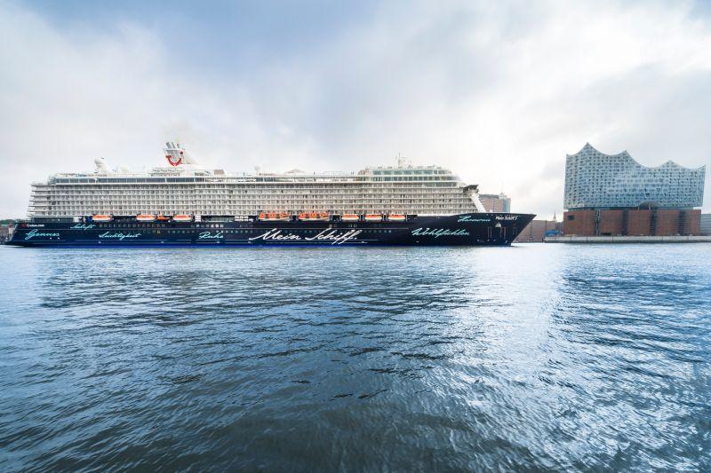 Kreuzfahrtschiff wird von Elbphilharmonie aus getauft