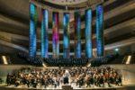 """Mahler VIII"" mit Lichtskulptur"