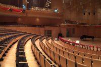 Konzertsaal mit Flügel